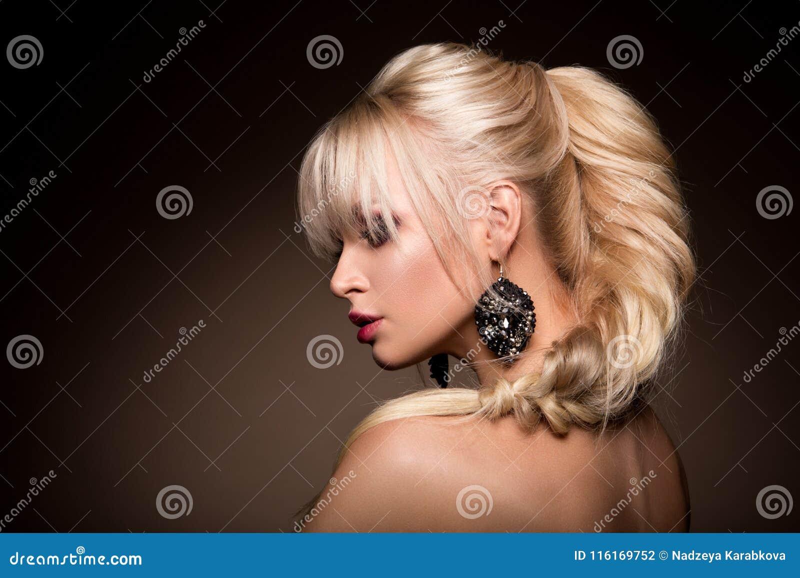 De mooie vrouw met beroeps maakt omhoog
