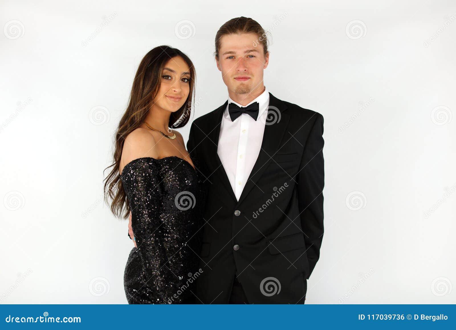 De mooie vrouw in rug prom kleedt zich en knappe kerel in kostuum, sexy tiener klaar voor een luxenacht
