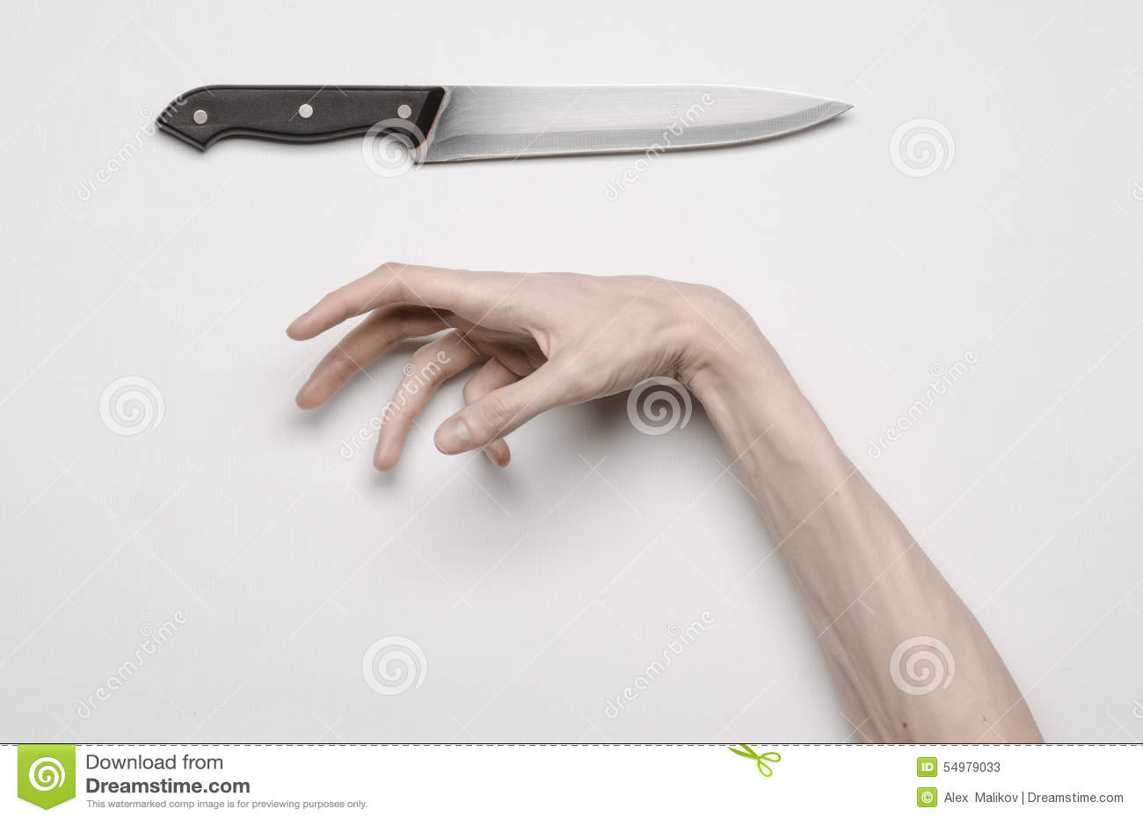 De moord en Halloween als thema hebben: Een man hand die voor een mes, een menselijke hand bereiken die een mes houden die op een