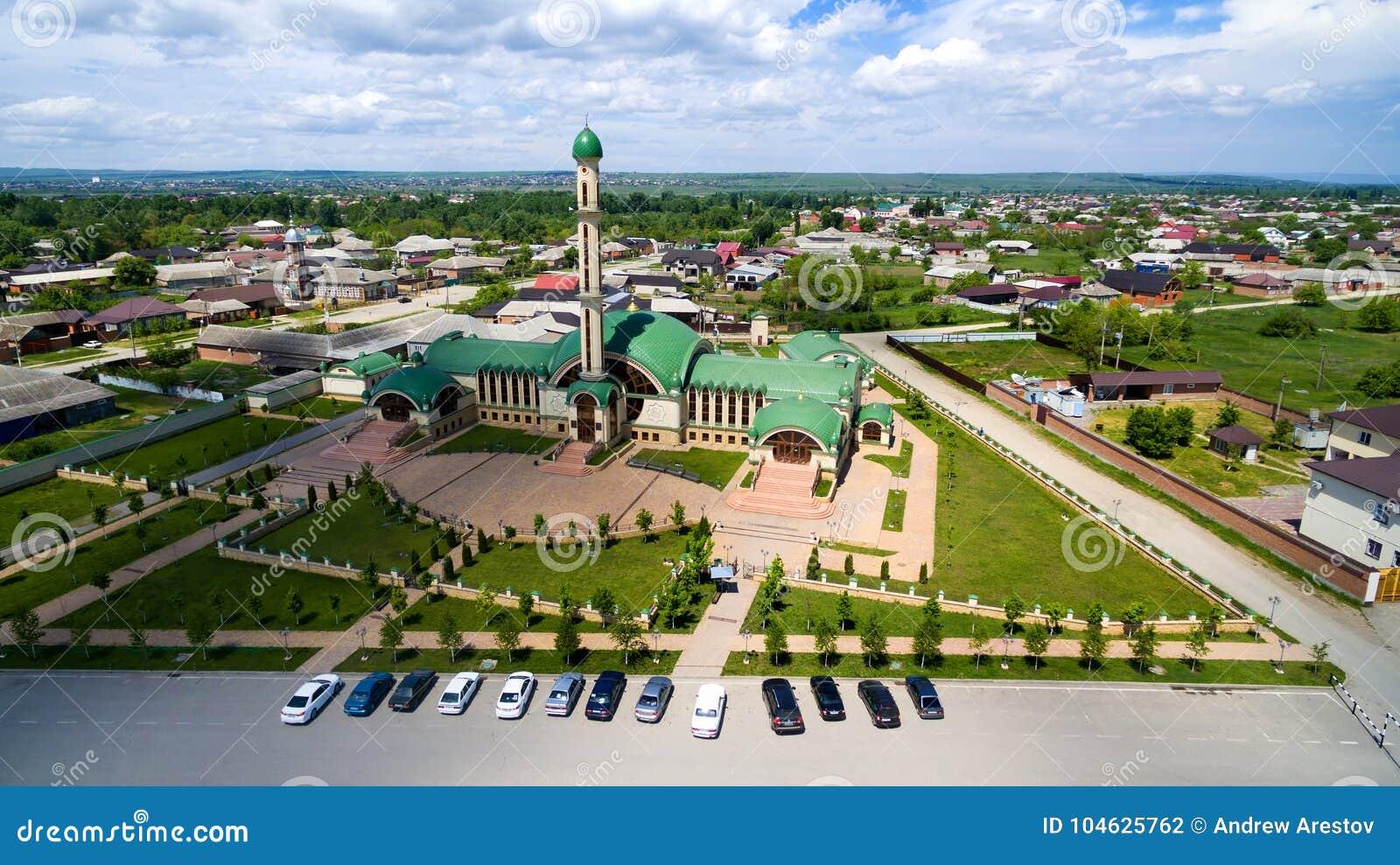 Download De Moskee In Het Dorp Van Alkhan-Yurt Tchetcheense Republiek Russ Stock Foto - Afbeelding bestaande uit azië, parkeren: 104625762