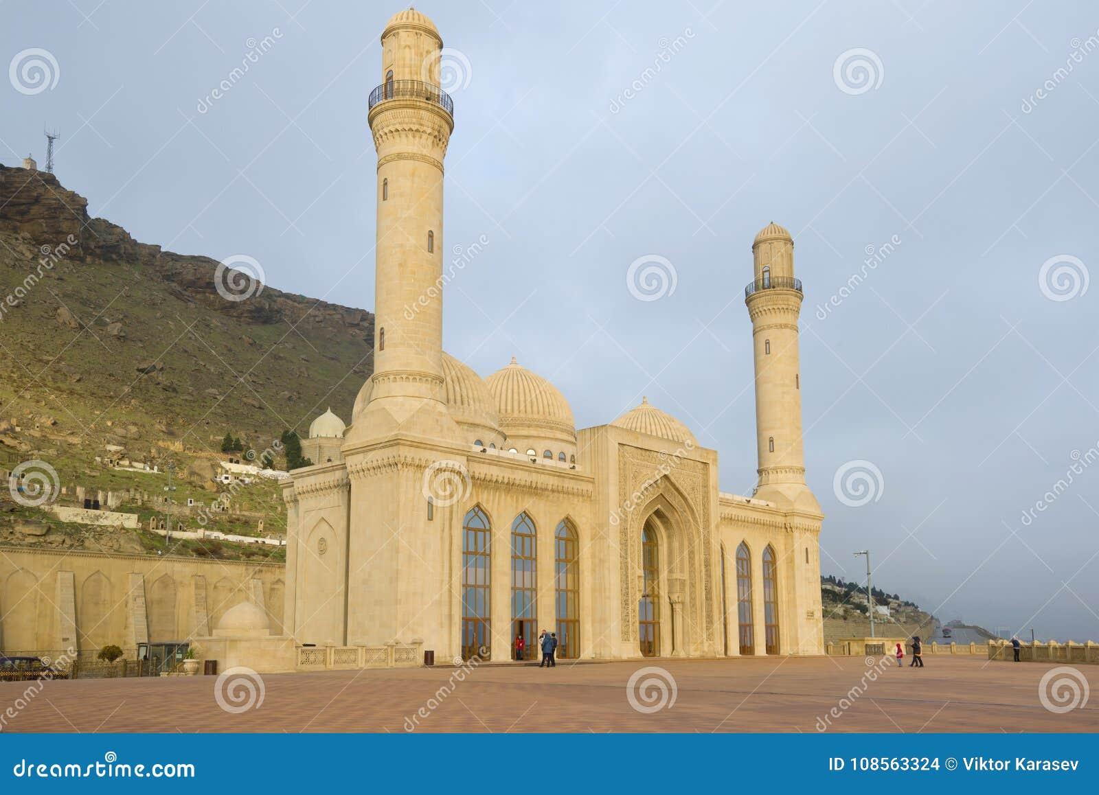 De Moskee van Shiite bibi-Heybat in de bewolkte Januari-ochtend Shikhovo, Baku