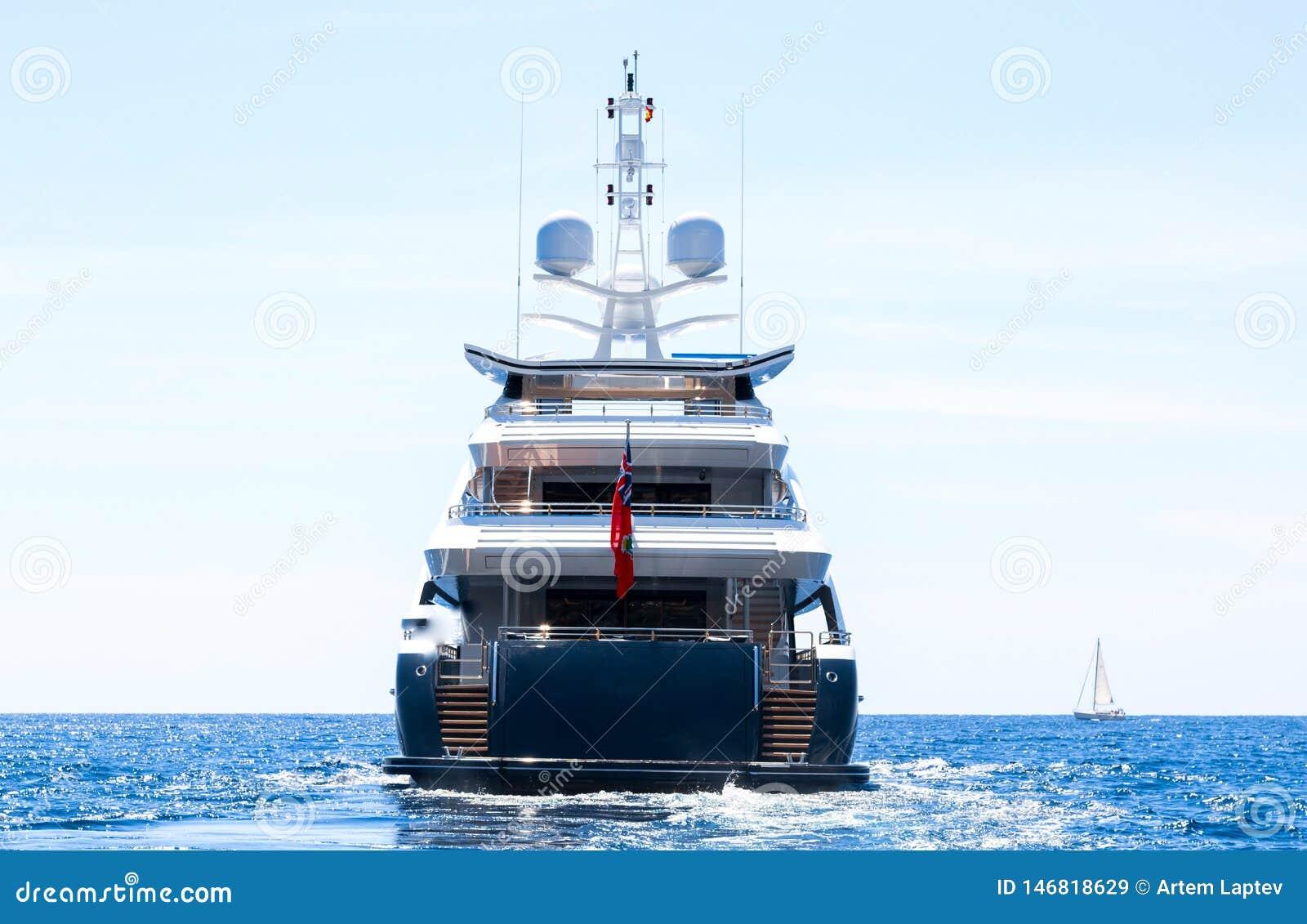 De moteur de yacht voiles de luxe d arrière loin