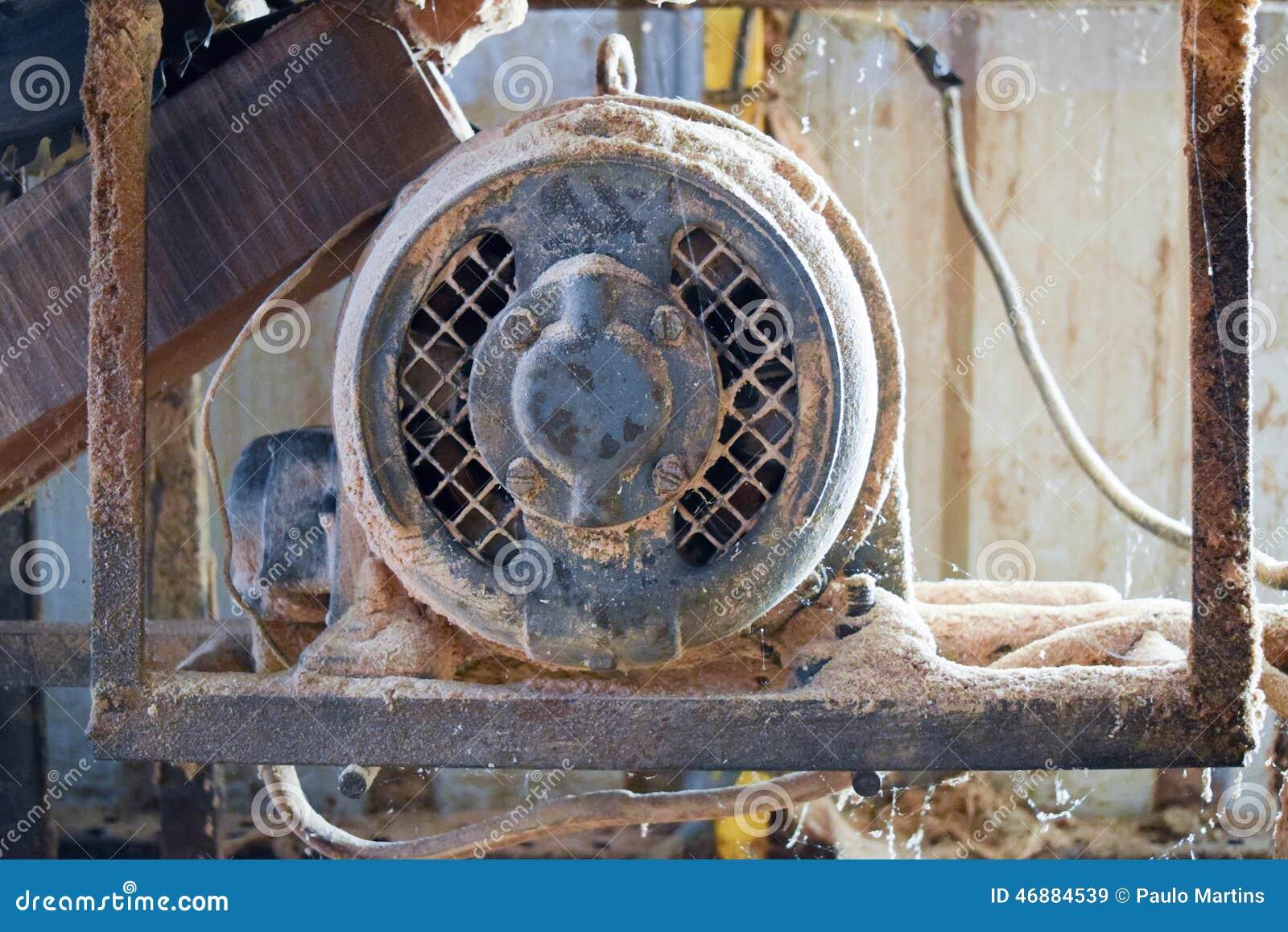 De motor van de cirkelzaagmachine in een timmerwerk
