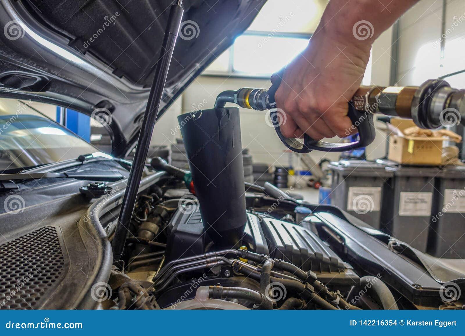 De motorolie wordt gevuld in een motor van een auto