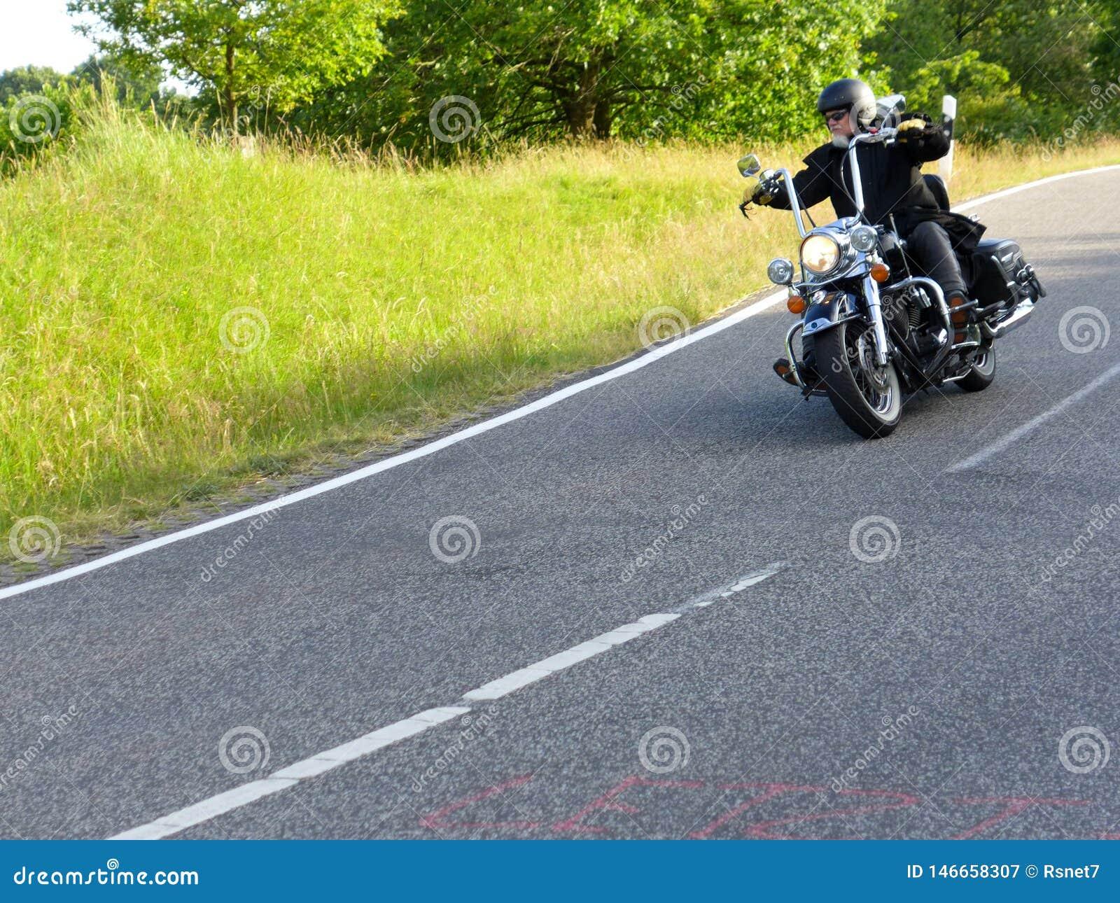 De motorrijder gaat bergaf 1