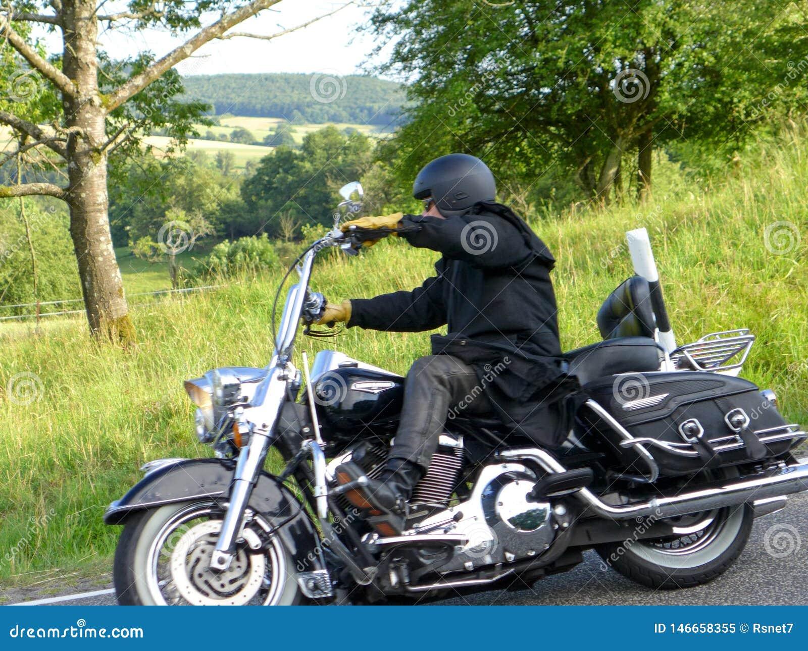 De motorrijder gaat bergaf 2