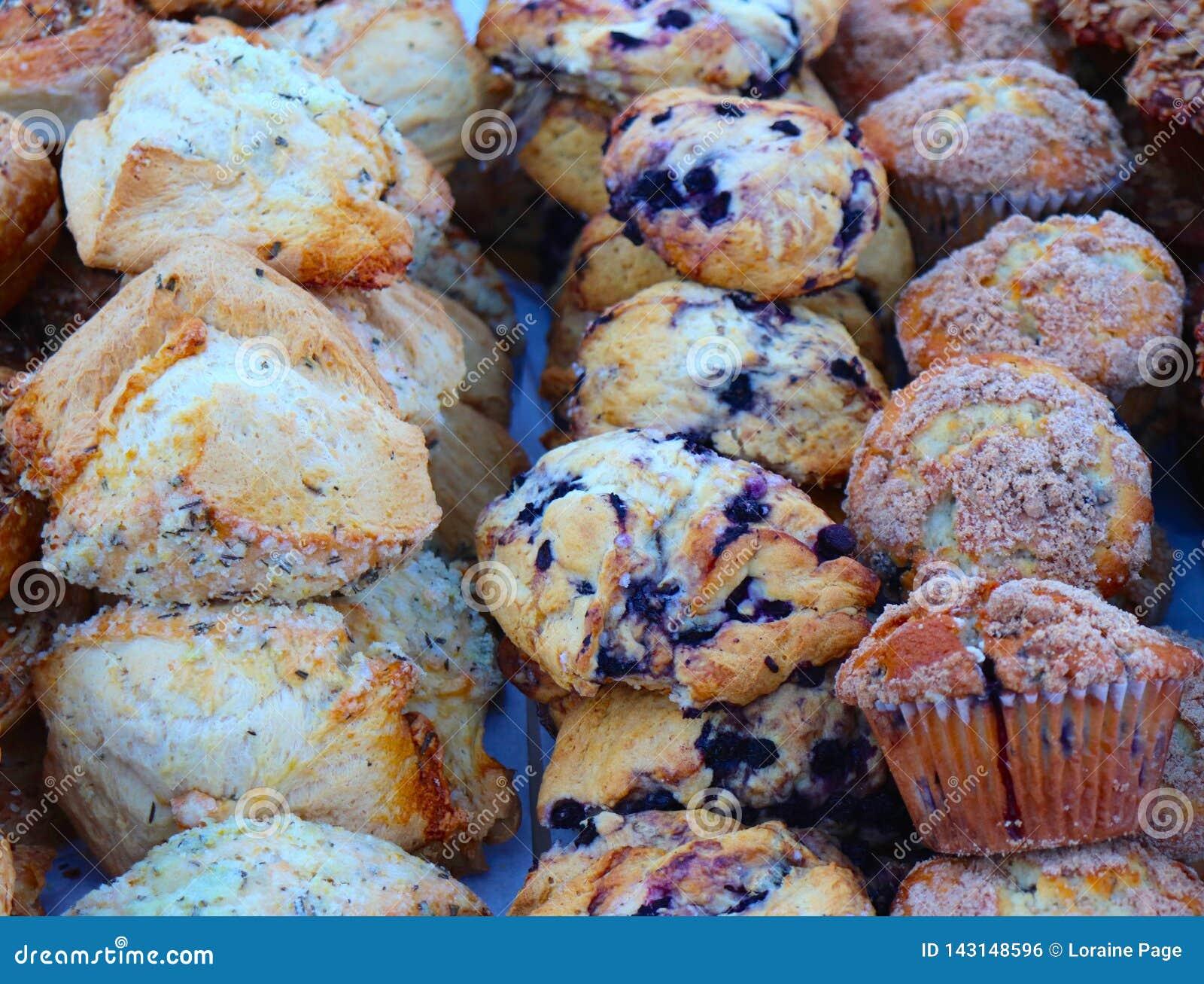 De muffins en de Scones nemen Hun Plaats bij de Markt van de Landbouwer