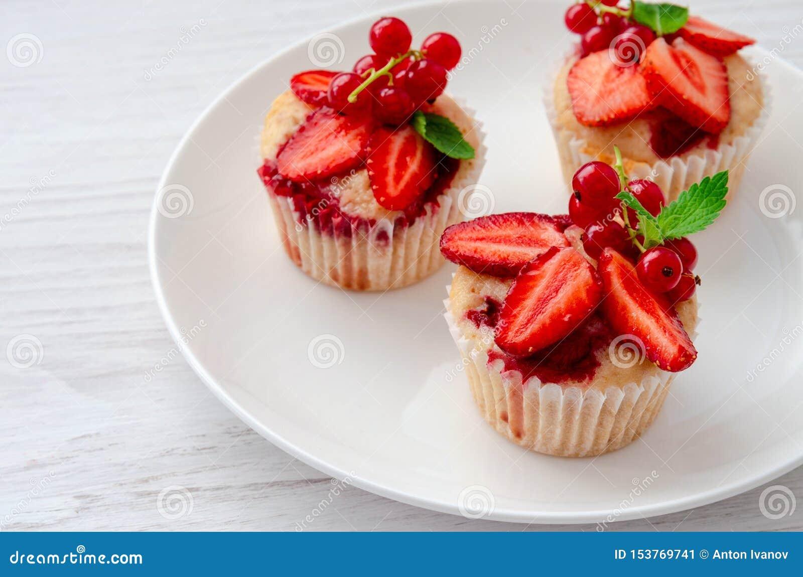 De muffins verfraaiden verse aardbei op de plaat