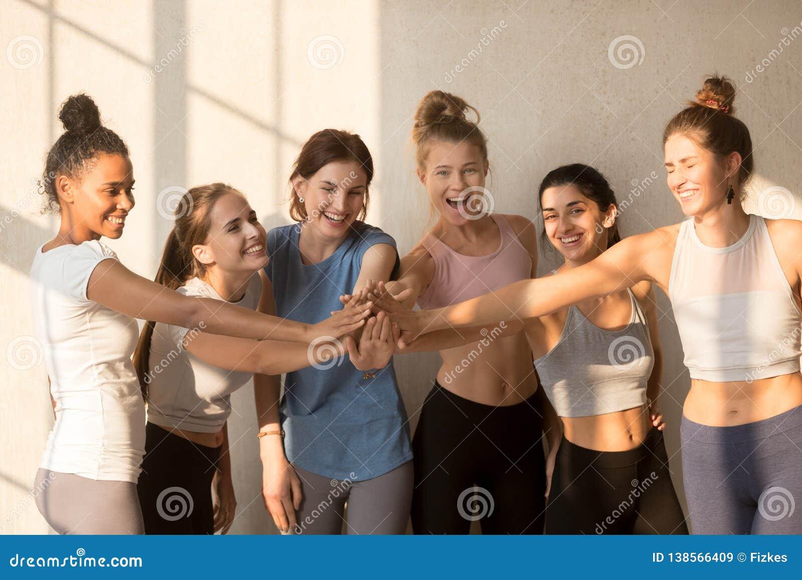 De multiraciale gelukkige meisjes hebben motieven opleiding bij training