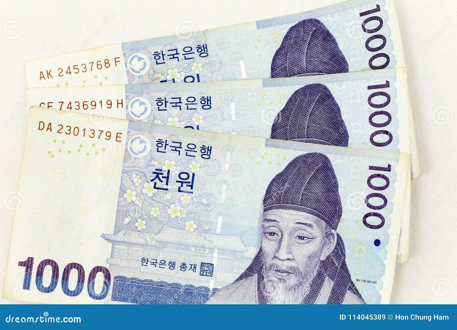 De muntbankbiljetten over kader Koreaan worden uitgespreid wonnen in diverse benaming die