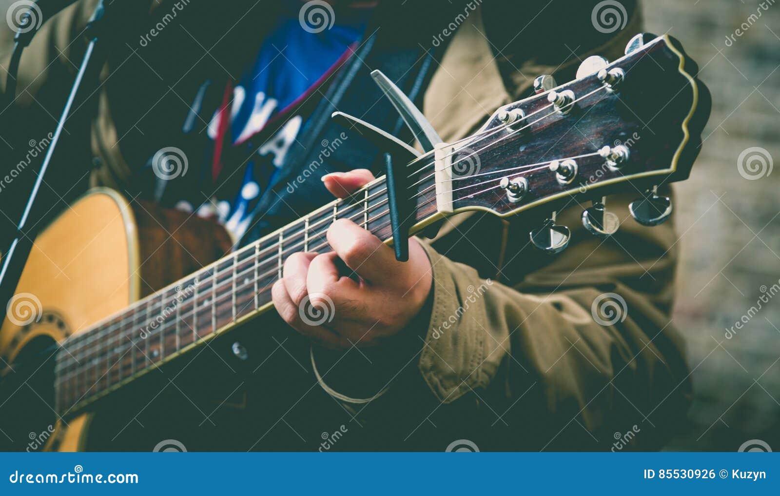 De musicus van de straat het spelen gitaar