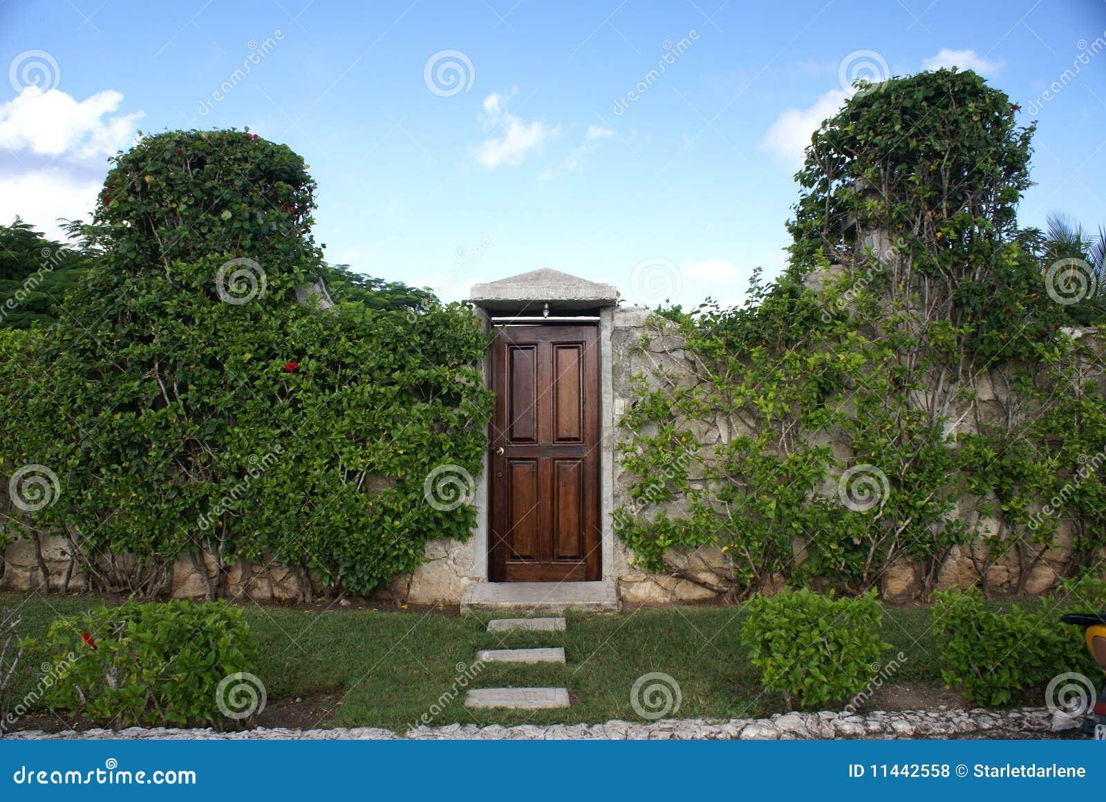 Stenen Muur Tuin : De muur en de deur van de tuin stock foto afbeelding bestaande