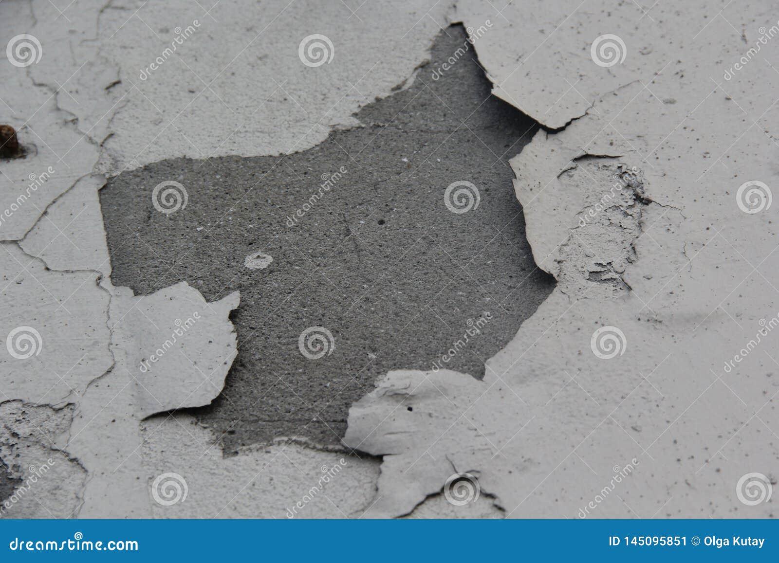 De muur is gebarsten geschilderd Gezien cementbasis Kan voor achtergrond gebruiken