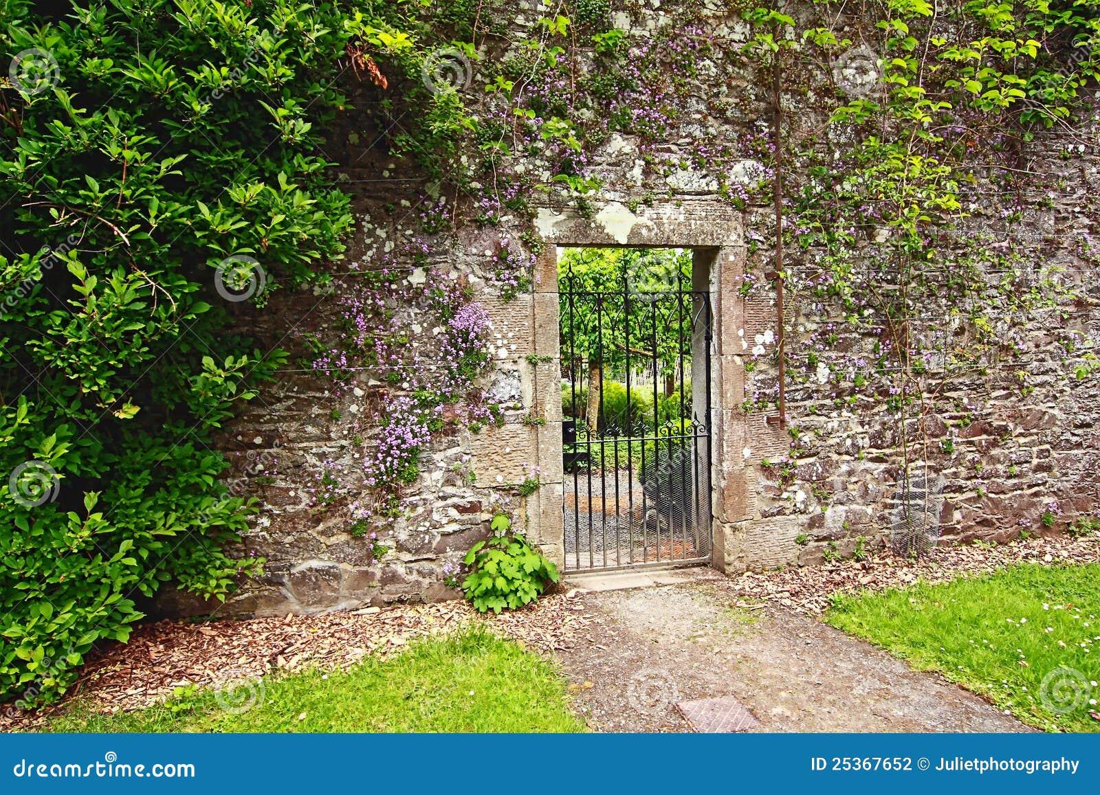 De muur van de oude steentuin stock foto afbeelding 25367652 - Muur van de ingang ...