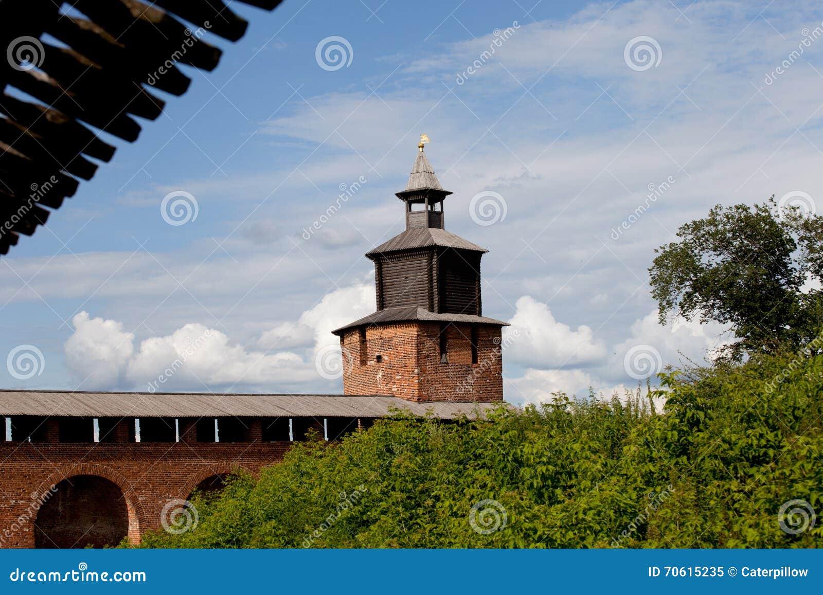 De muur van het Kremlin en Chasovaya-toren in Nizhny Novgorod, Rusland