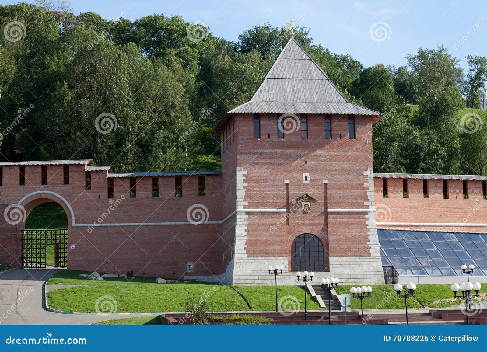 De muur van het Kremlin en Toren van Conceptie in Nizhny Novgorod, Rusland