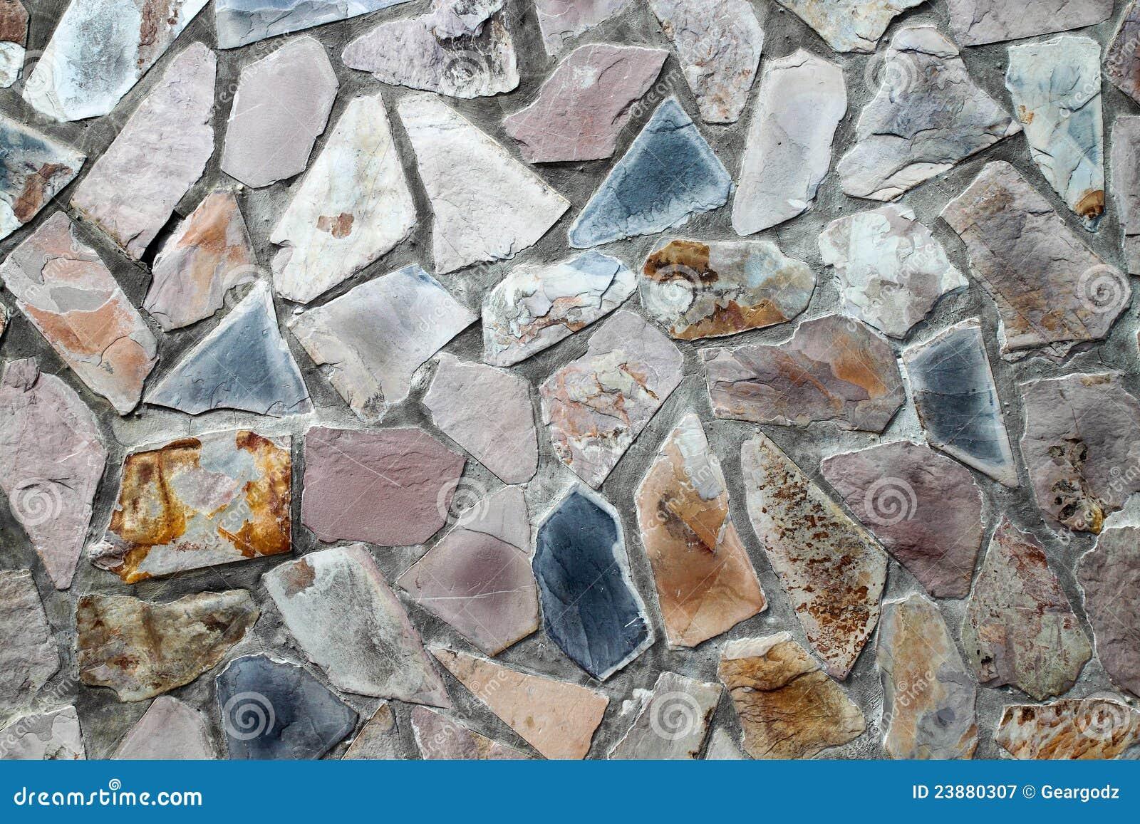 De muur van het metselwerk met onregelmatig gevormde stenen ...