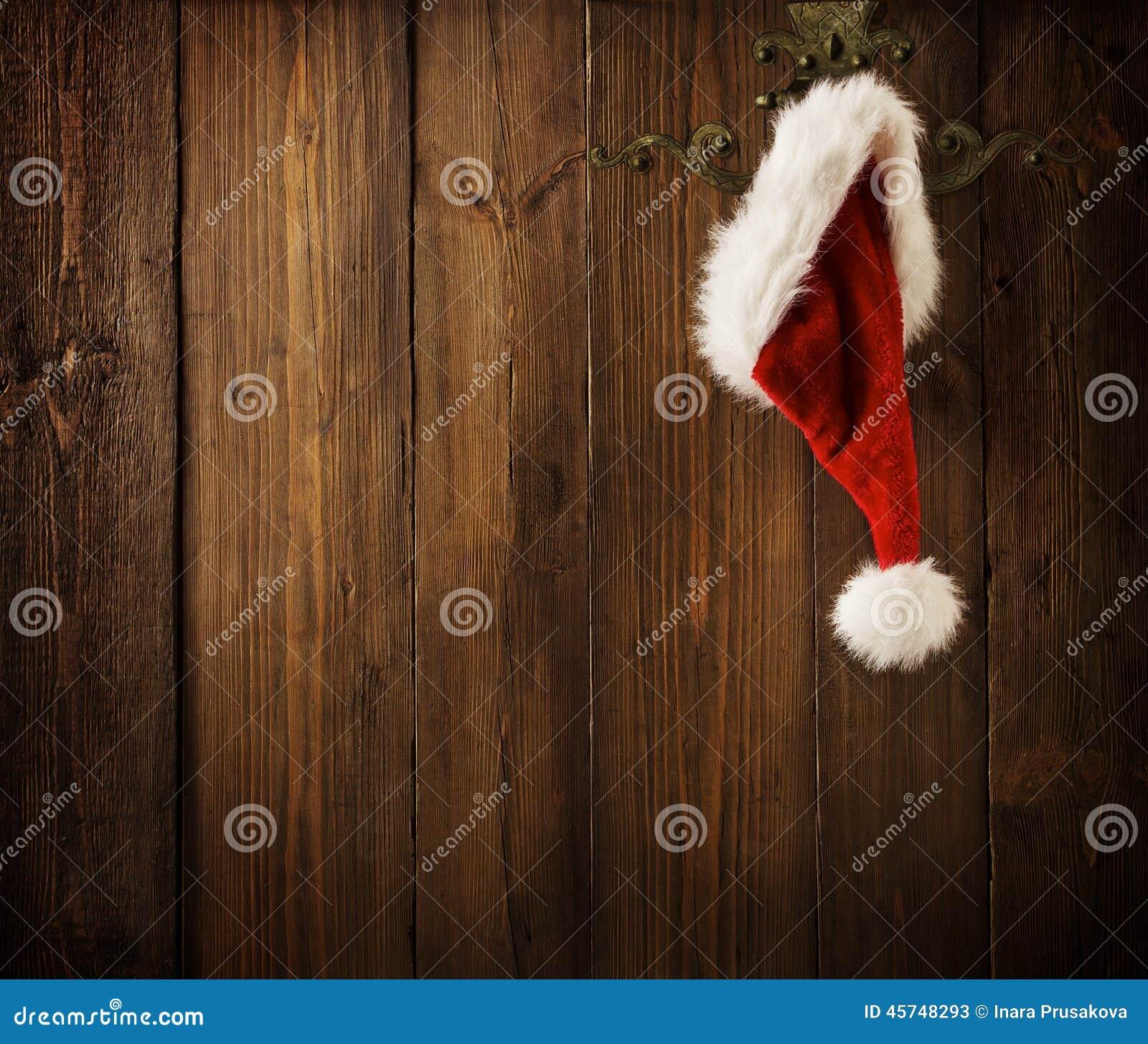 De Muur van Kerstmissanta claus hat hanging on wood, Kerstmisconcept
