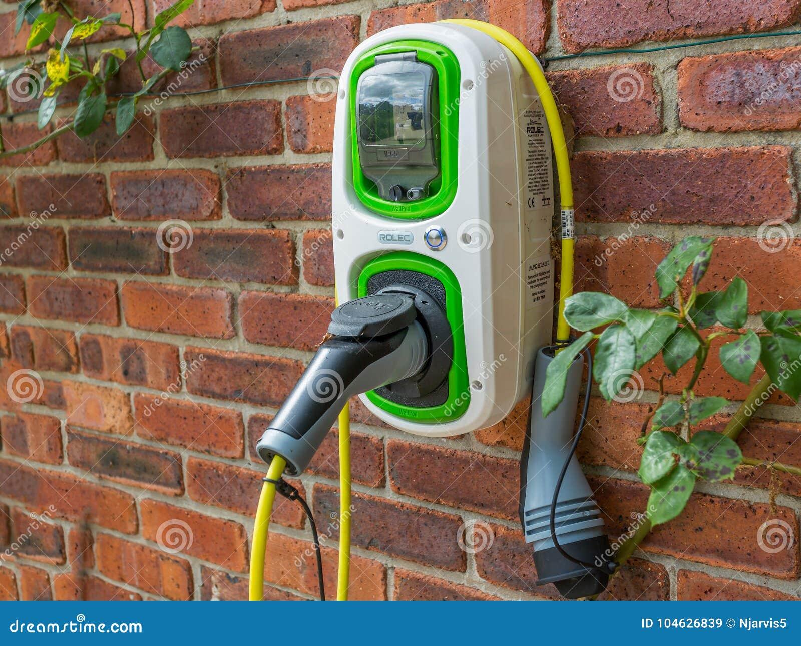 Download De Muur Zette Elektrische Autolader Op Redactionele Stock Afbeelding - Afbeelding bestaande uit aandrijving, automobiel: 104626839