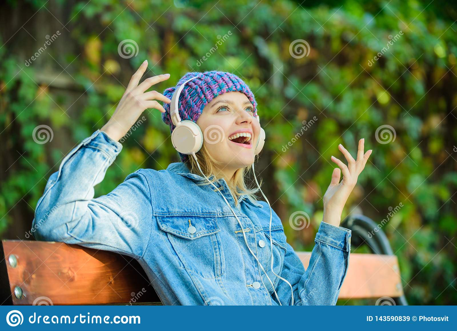 De muziek is zo veel pret moderne technologie in plaats van lezing Ontspan in park hipster meisje met mp3-speler Het luisteren mu