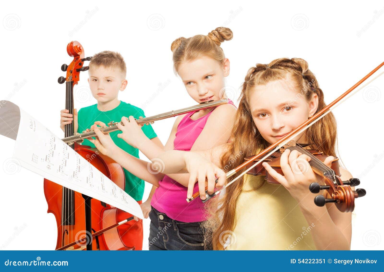 De muzikale instrumenten van het jonge geitjesspel op witte achtergrond