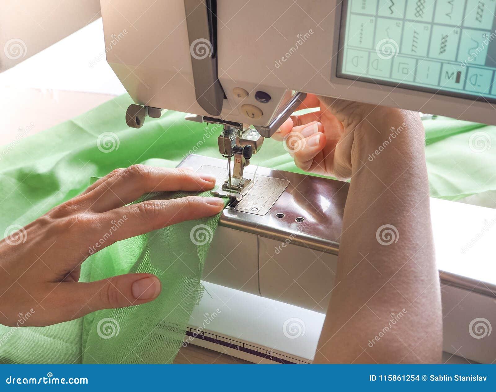 De naaisterswerken aangaande een naaimachine Stadia van de productiecyclus op een naaimachine