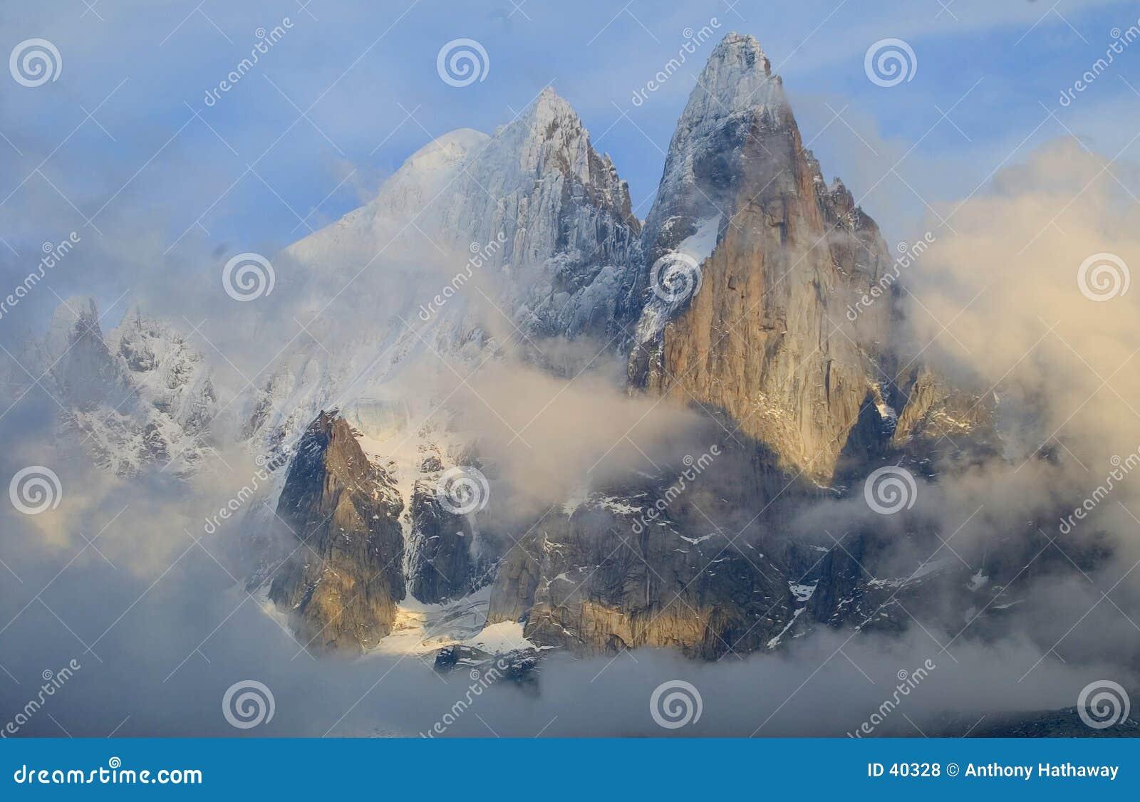 Download De naalden van Chamonix stock foto. Afbeelding bestaande uit wolken - 40328