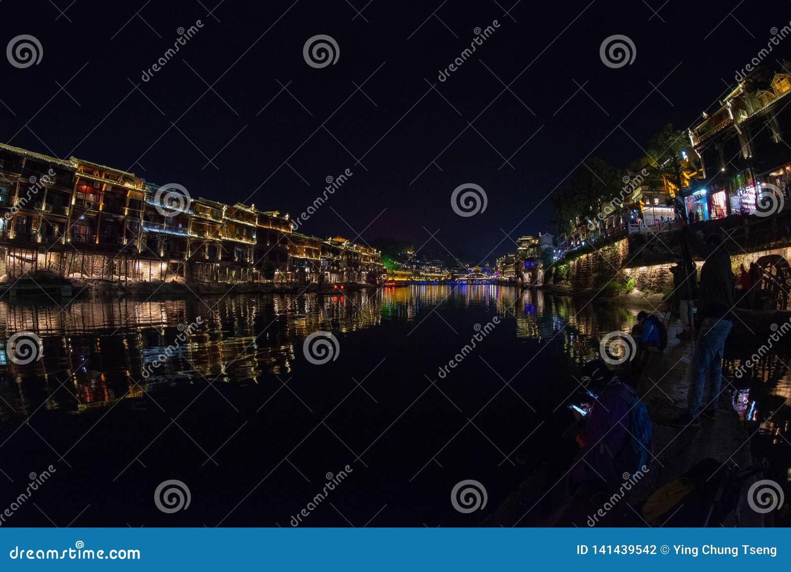 De nacht in de Oude Stad van Fenghuang is mooier
