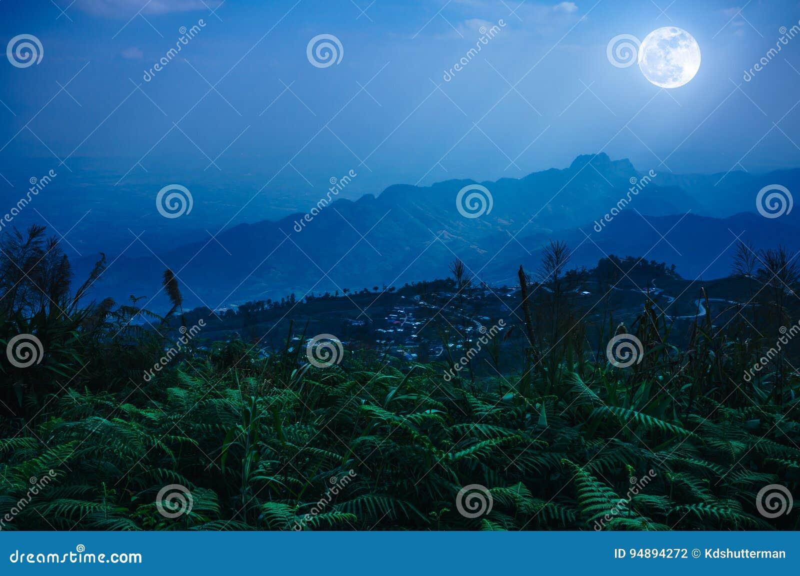 De nachthemel met mistige bewolkt en zonnestraal, is swingin boven mounta