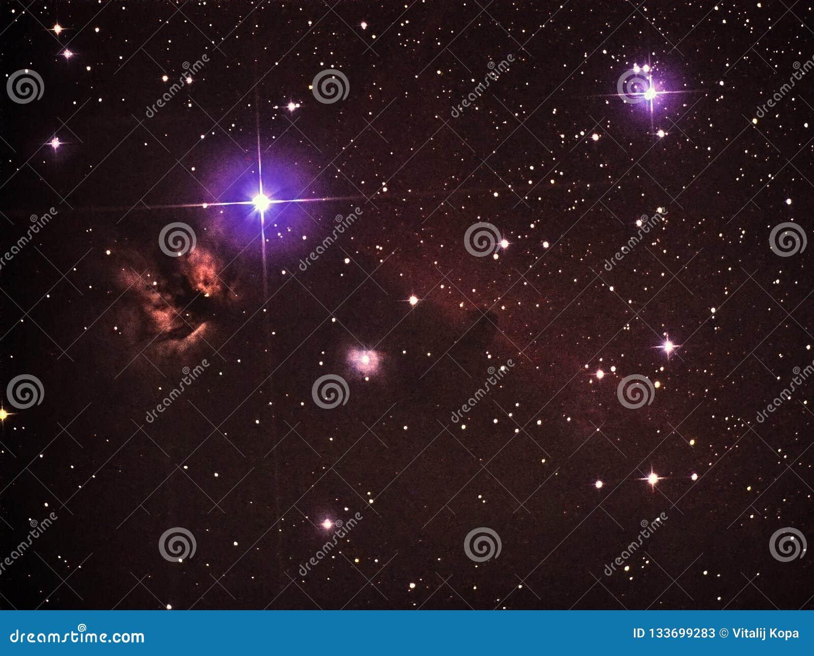 De nachthemel speelt observig over van de constellatieuren van telesocpeorion het hoofd en de Vlamnebulas mee