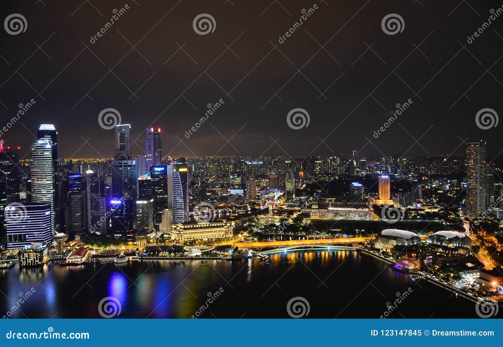 De nachthemel van Singapore Bezinningen en glans op het water De vlucht van de vogel - 1