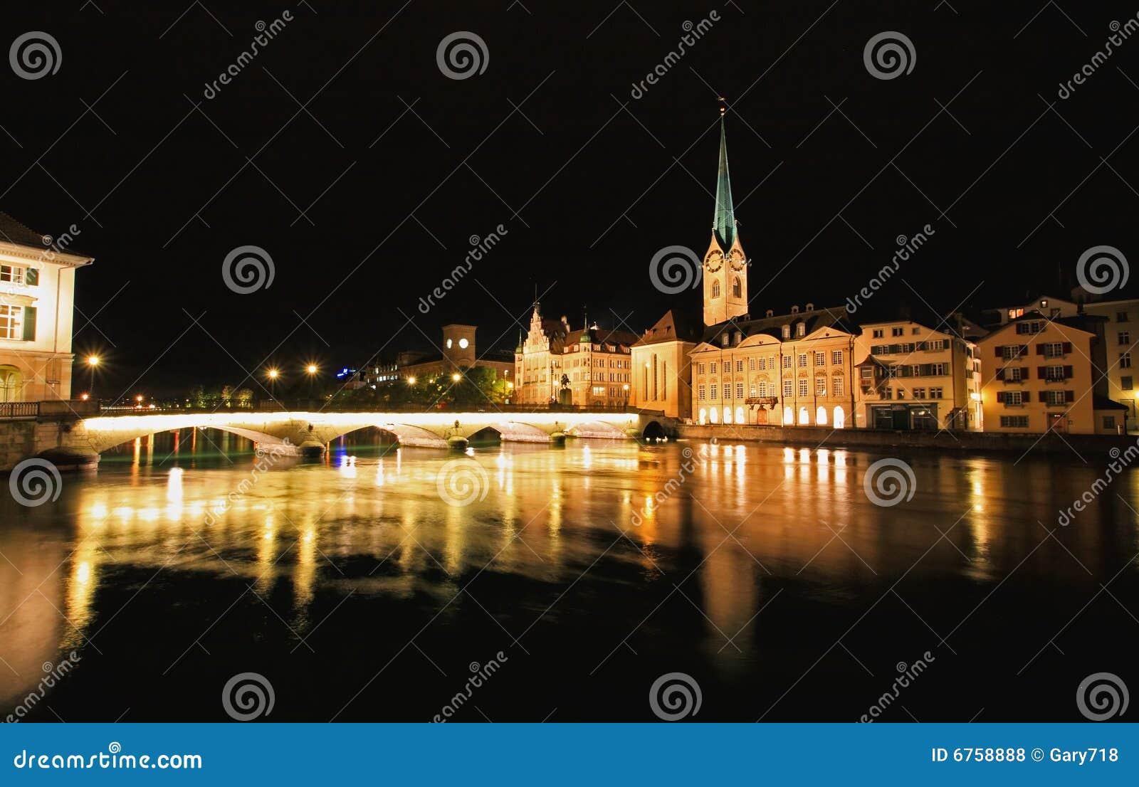 De nachtmening van Fraumunster in Zürich
