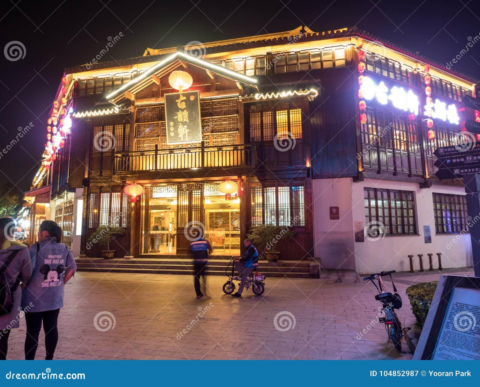 De nachtscène van het restaurantstraat van Nan-Tchang op 11 Nov., 2017 bepaalt van de plaats