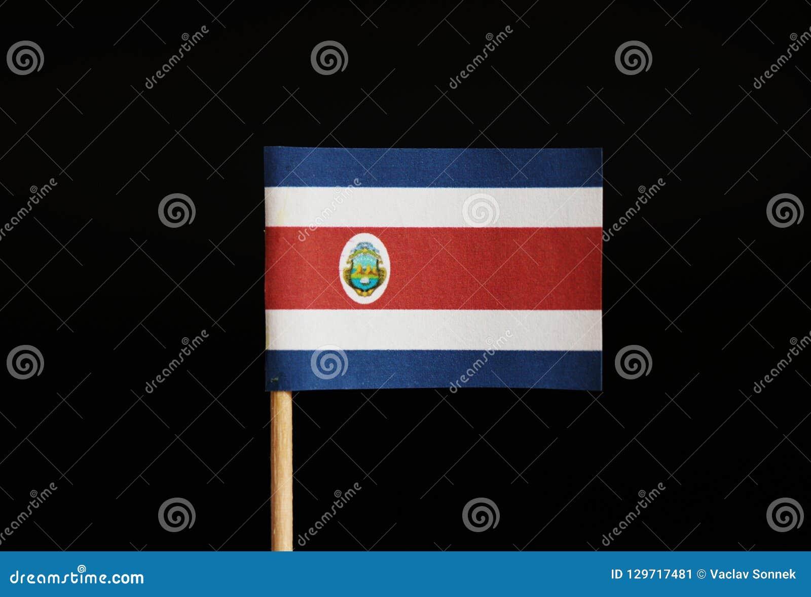 De nationale vlag van de republiek Costa Rica op tandenstoker en op zwarte achtergrond Gevestigd in Midden-Amerika