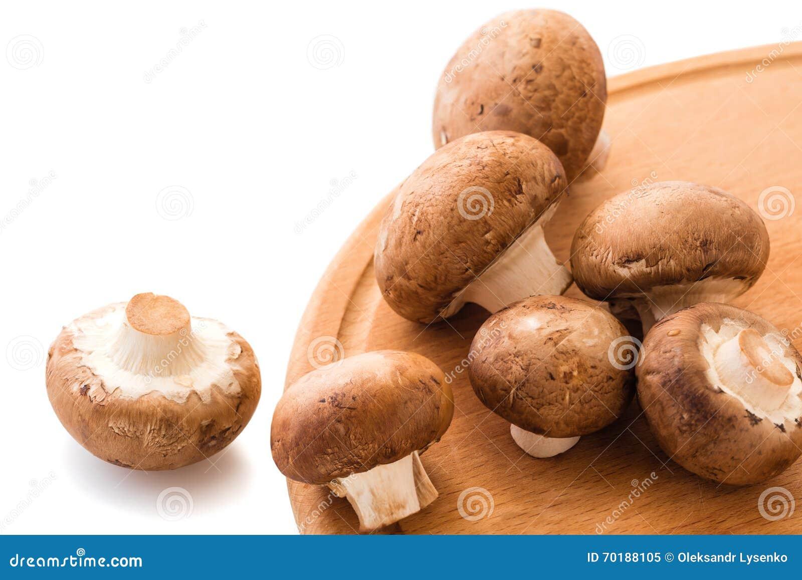De naturliga rå champignonsna