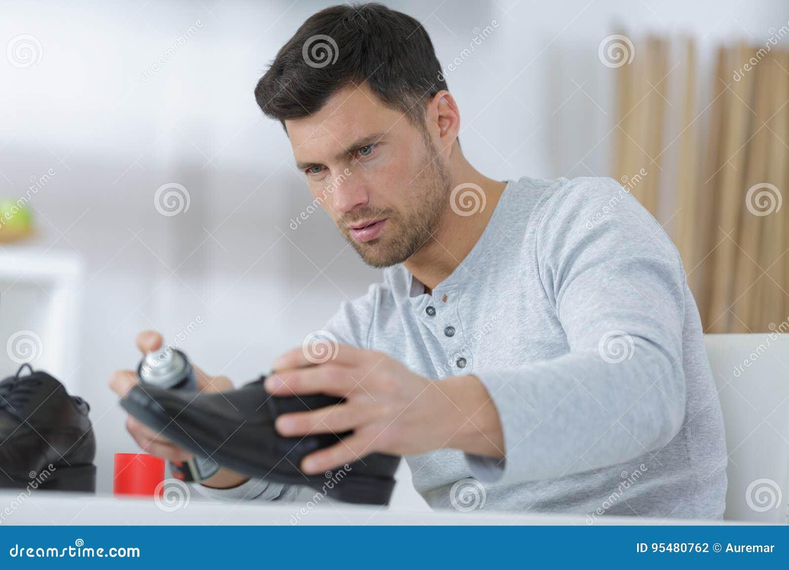 De nevel van de mensenholding vooraan laarzen