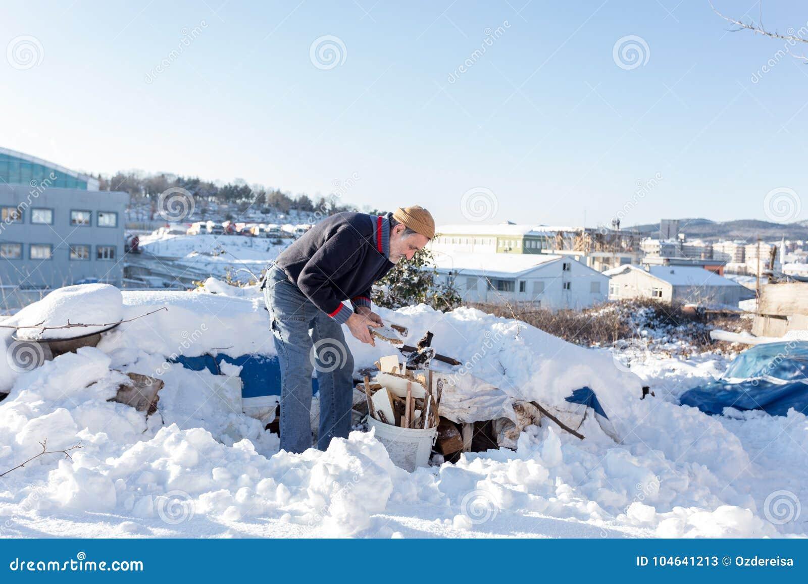 Download De Niet Geïdentificeerde Oude Turkse Mens Zet Gehakt Brandhout In Een Plastic Emmer Redactionele Stock Foto - Afbeelding bestaande uit hardhout, boom: 104641213