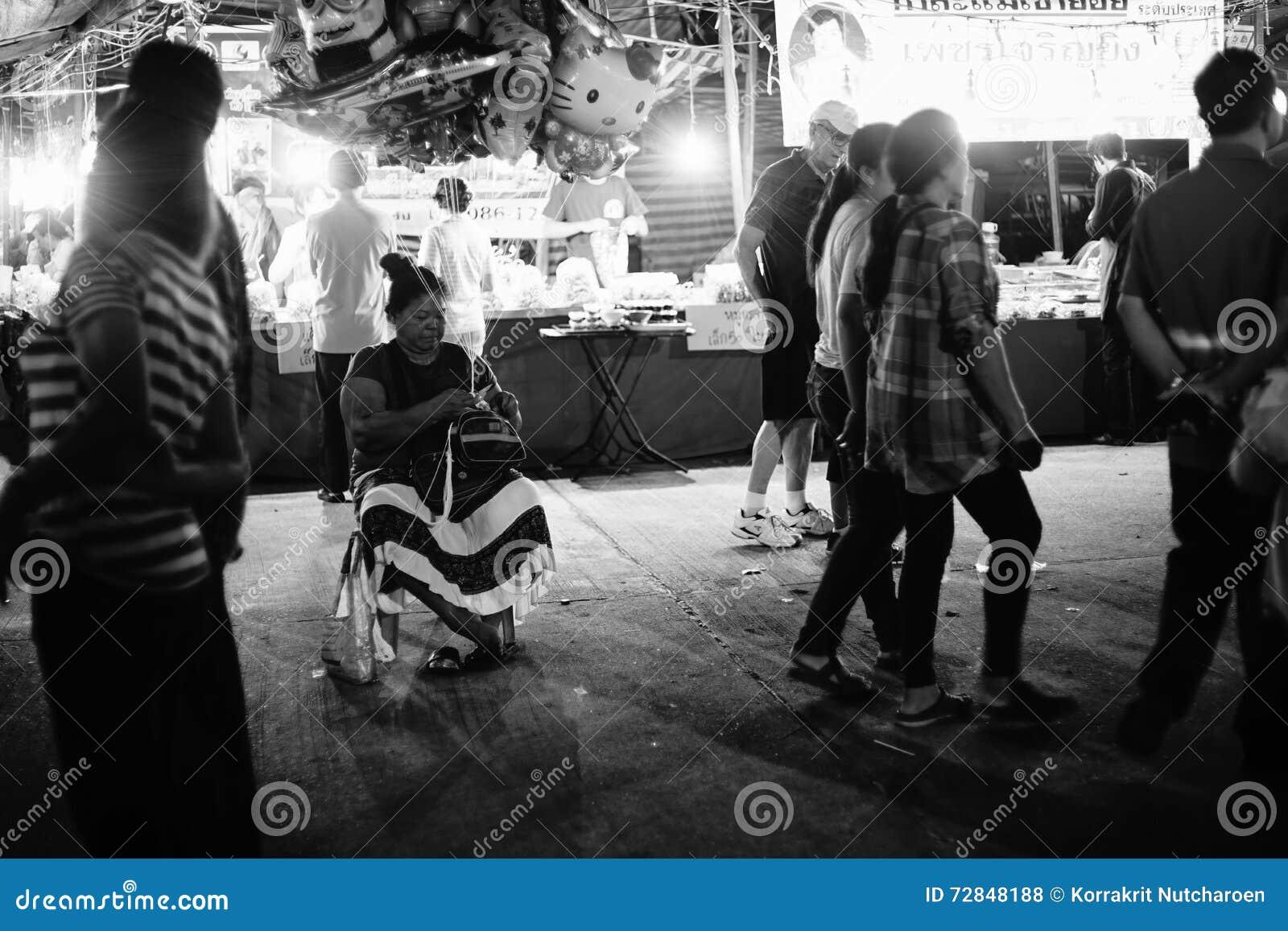 De niet geïdentificeerde vrouw verkoopt vele ballon bij de Thaise traditionele Provincie van marktprachuapkhirikhan, Thailand