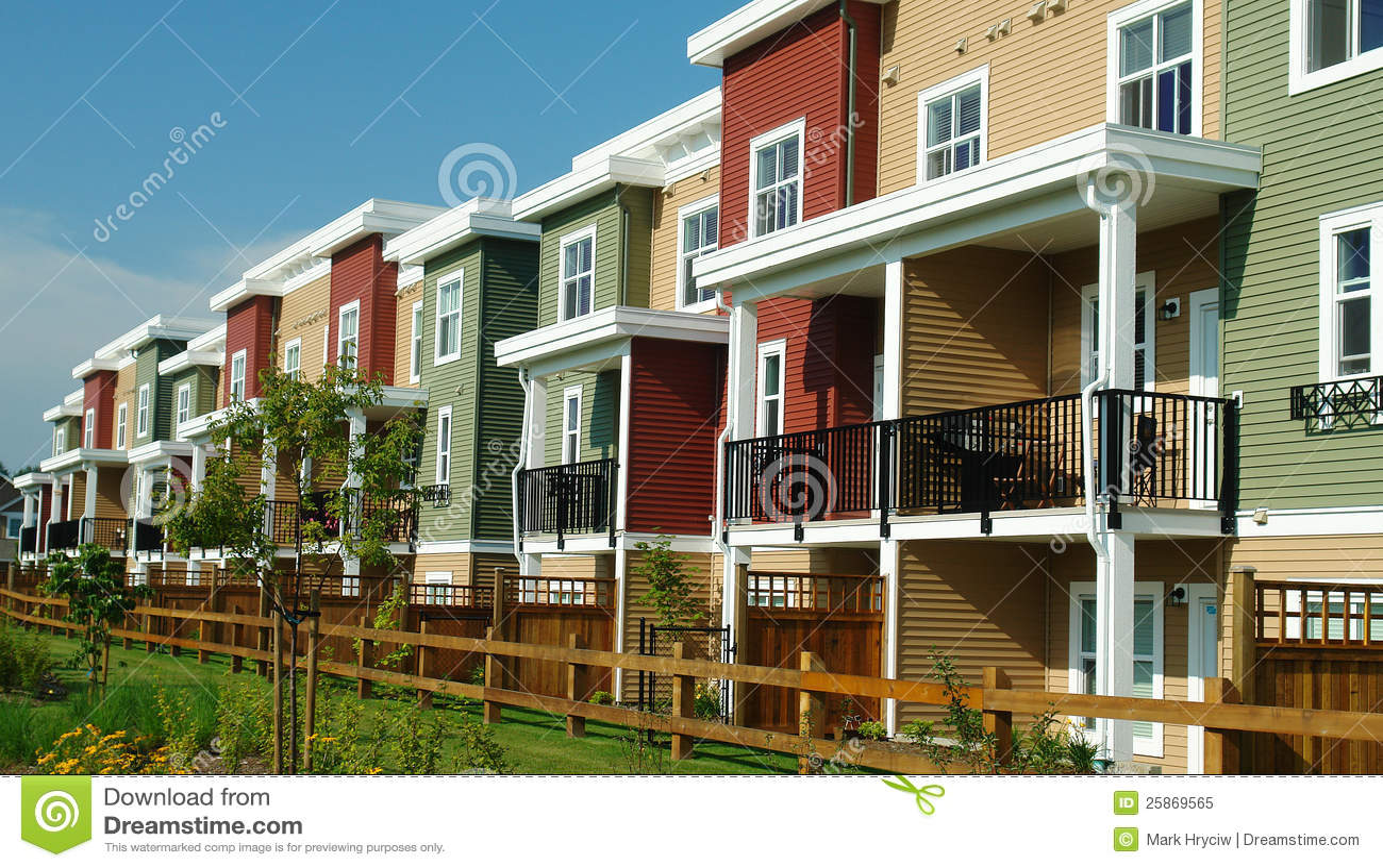 De nieuwe kleurrijke rijtjeshuizen van huizen stock afbeelding afbeelding 25869565 - Foto huizen ...