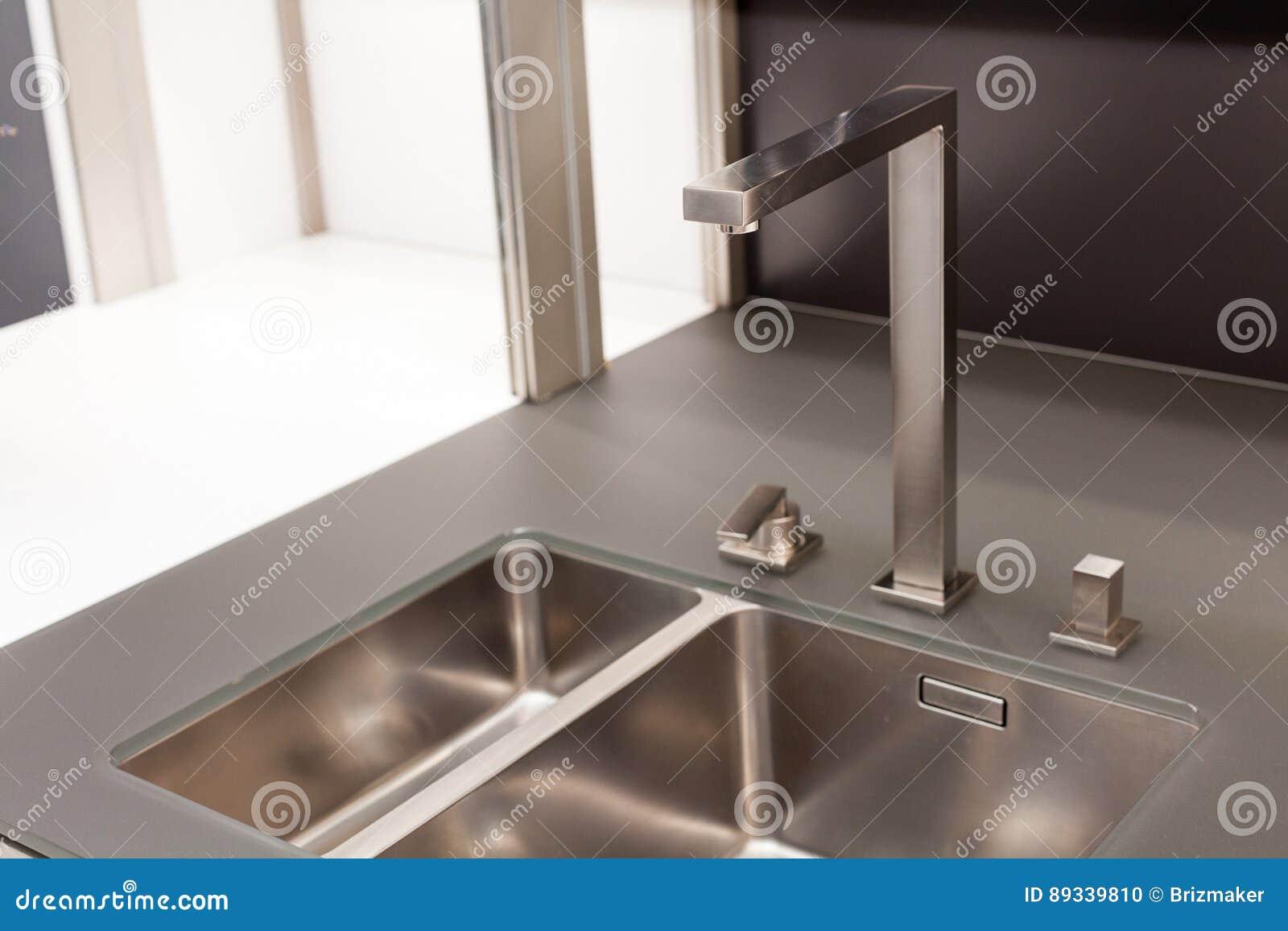 De nieuwe moderne zwart witte keuken met de kraan van het