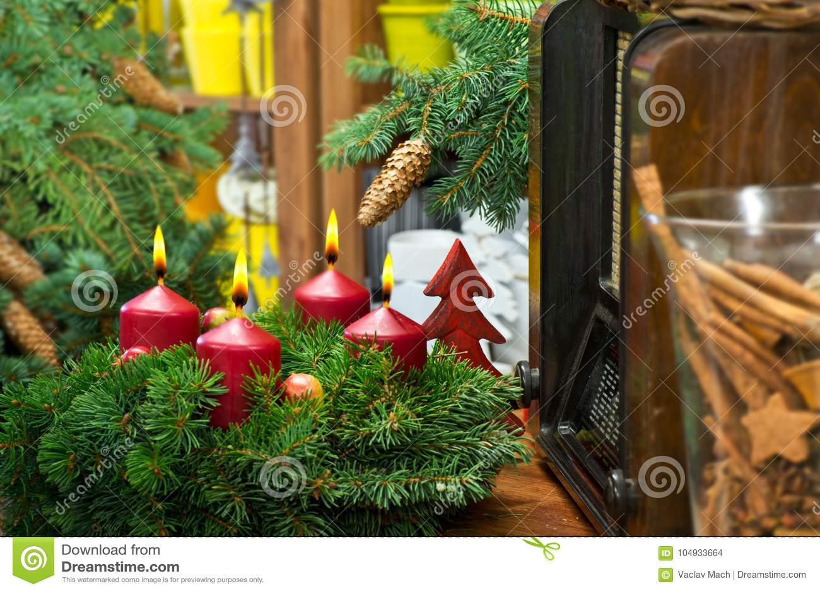 De Noël toujours la vie avec Advent Wreath et la radio