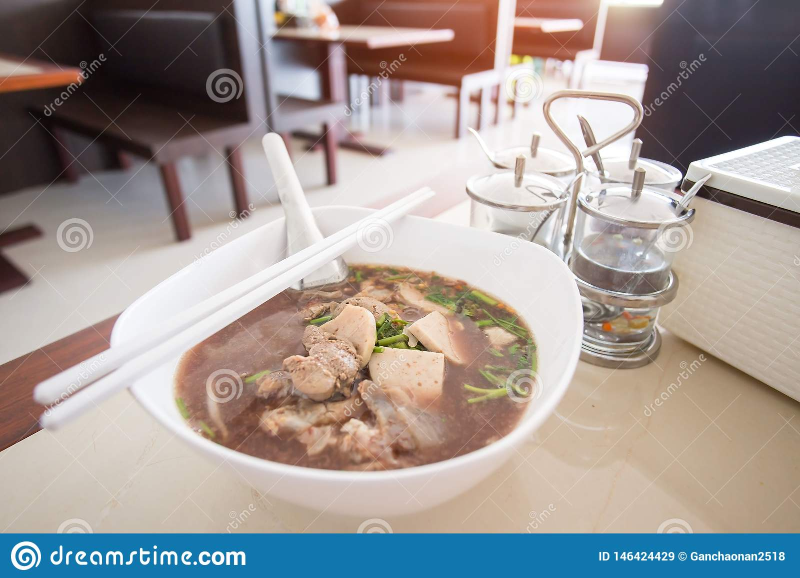 De Noedel van de Ayutthayaboot: De varkensvleesnoedels met het bloed van het varken worden gemengd lossen in soep die op