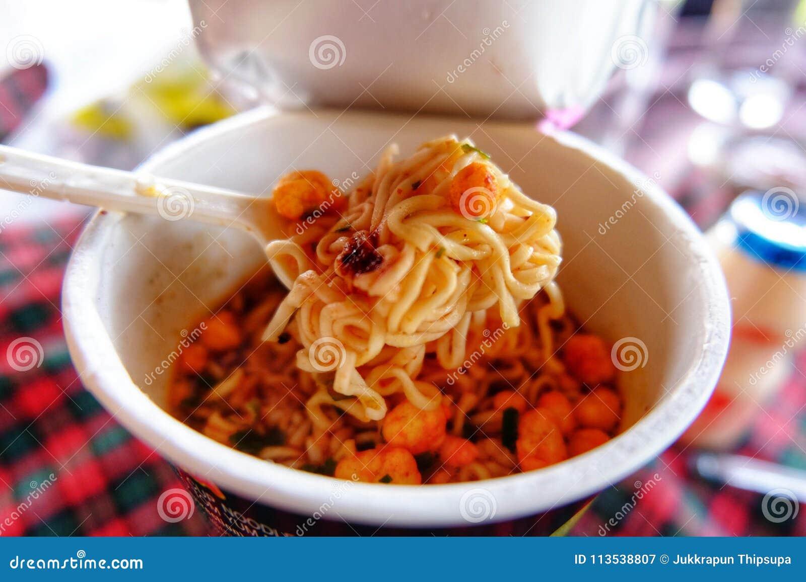 De noedelkop is het snelle voedsel van Azië, Droog versier op noedelkop