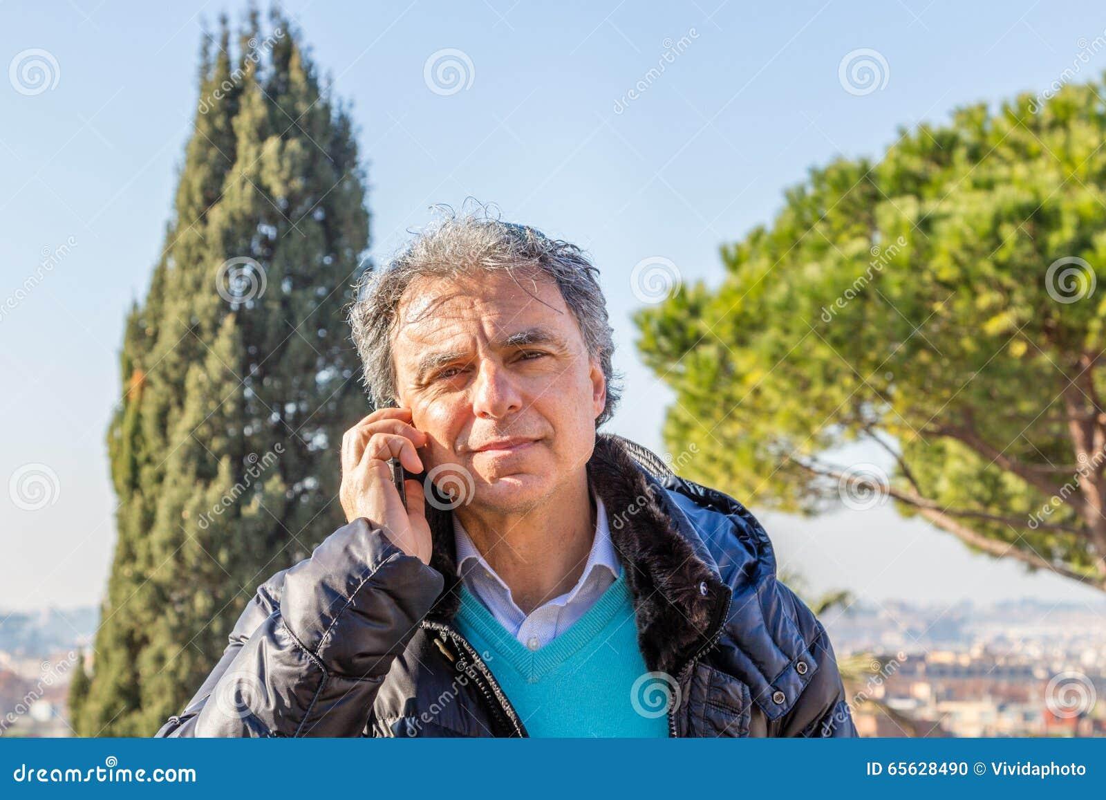 De noir homme de veste vers le bas parlant au téléphone