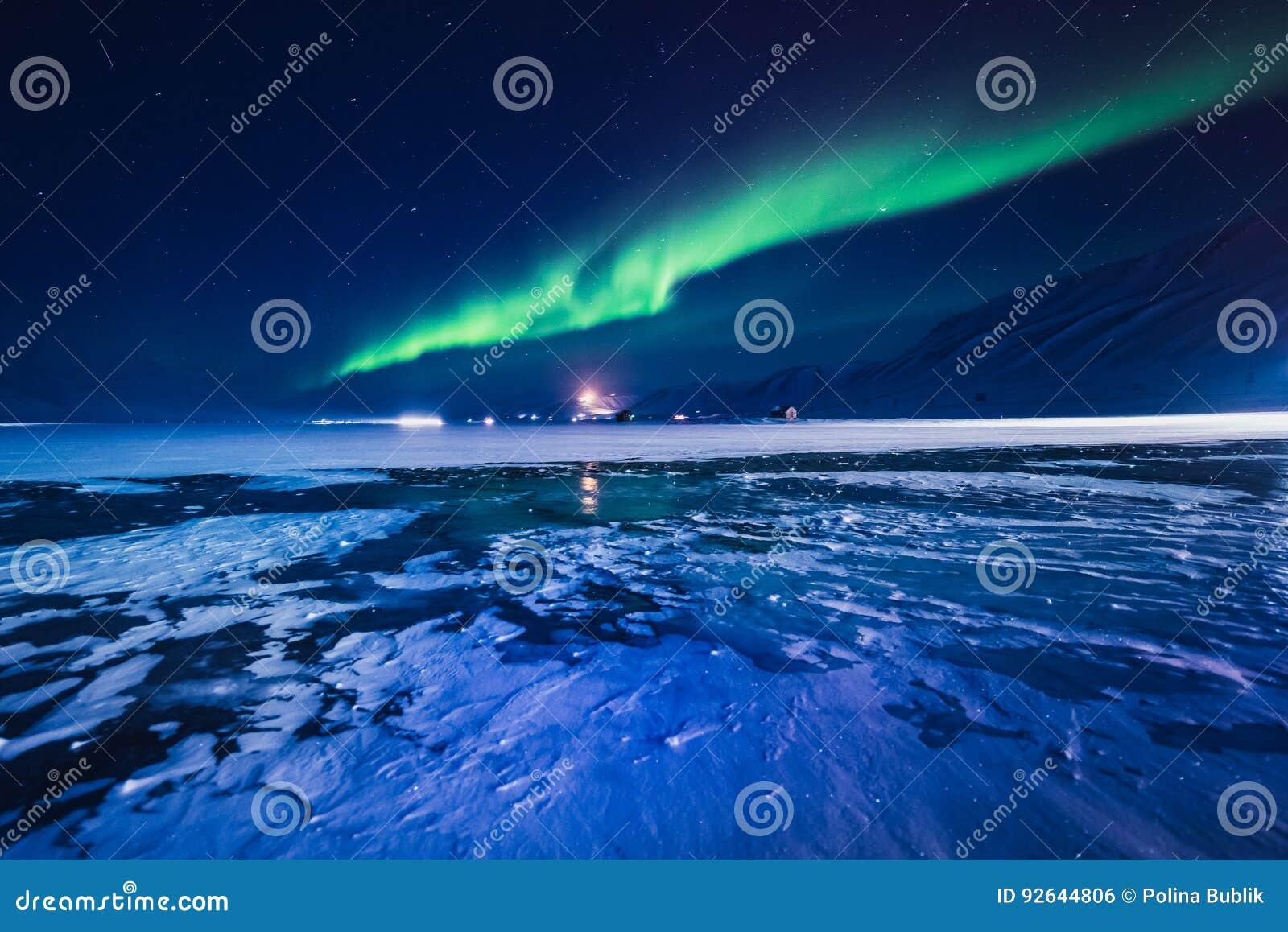 De Noordelijke lichten in de bergen van Svalbard, Longyearbyen, Spitsbergen, het behang van Noorwegen