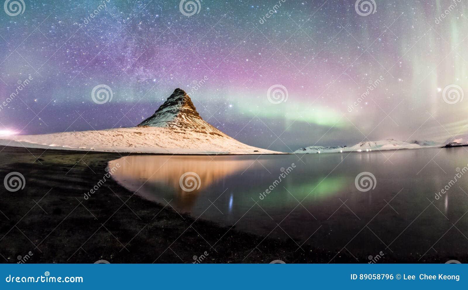De Noordelijke Lichten en de winter de melkachtige manier over Kirkjufell