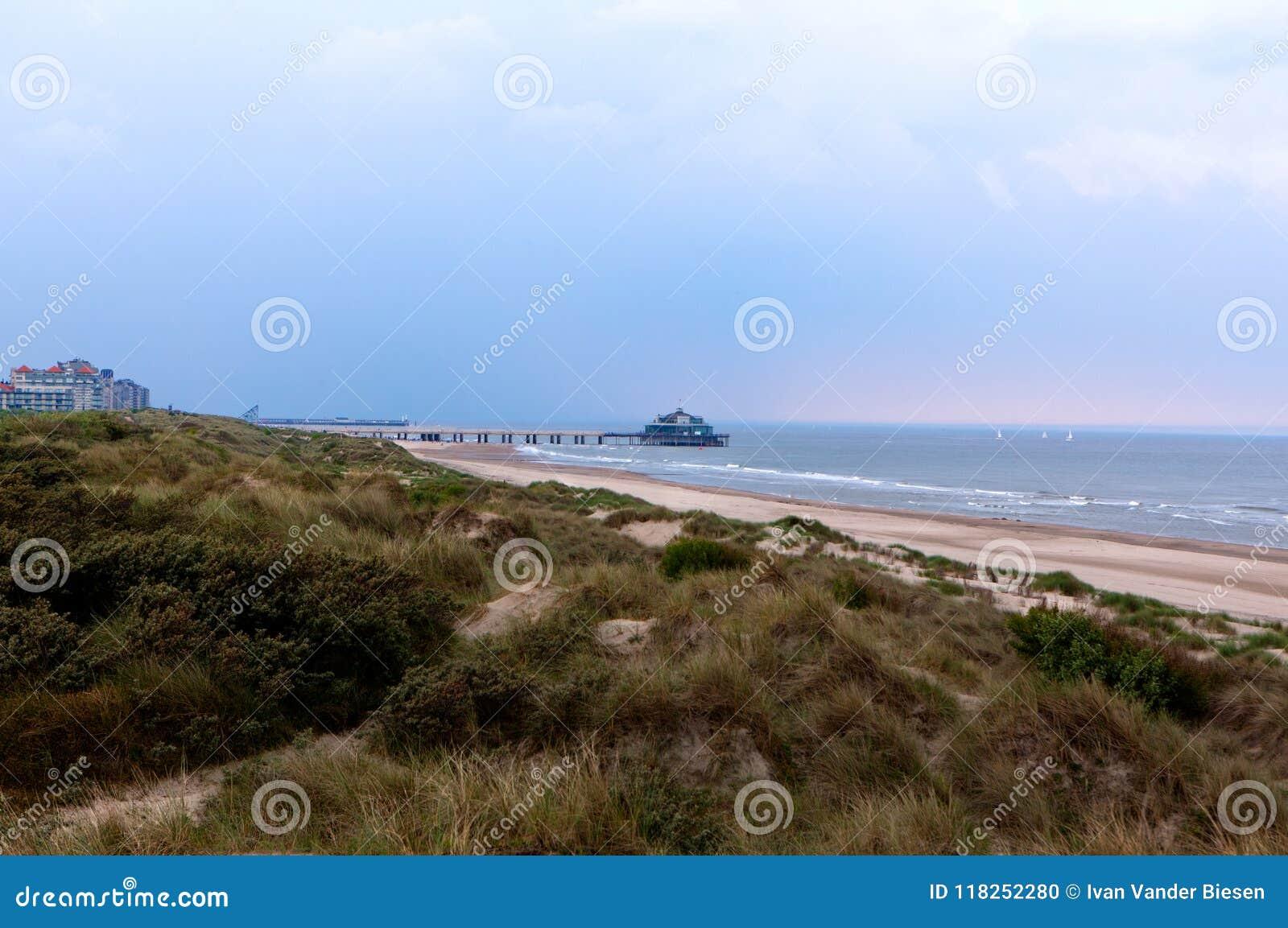 De Noordzee Blankenberge, Vlaanderen, België van pijlerduinen