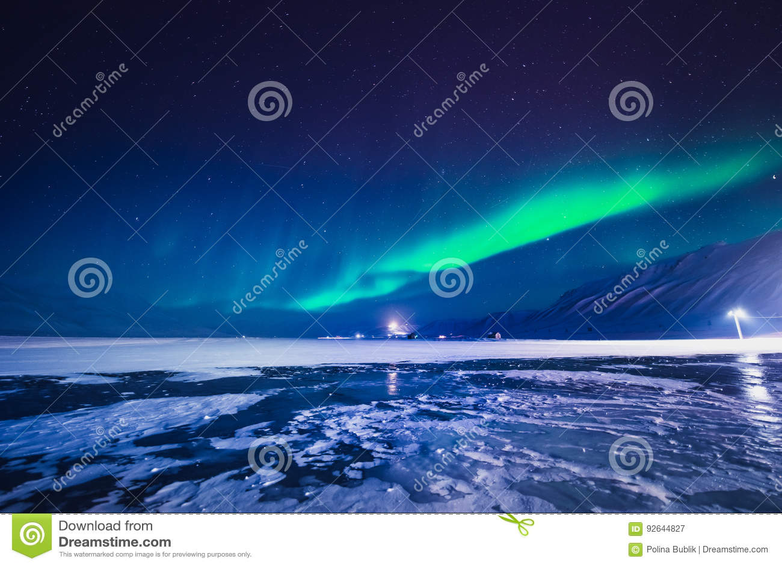 De nordliga ljusen i bergen av Svalbard, Longyearbyen, Spitsbergen, Norge tapet