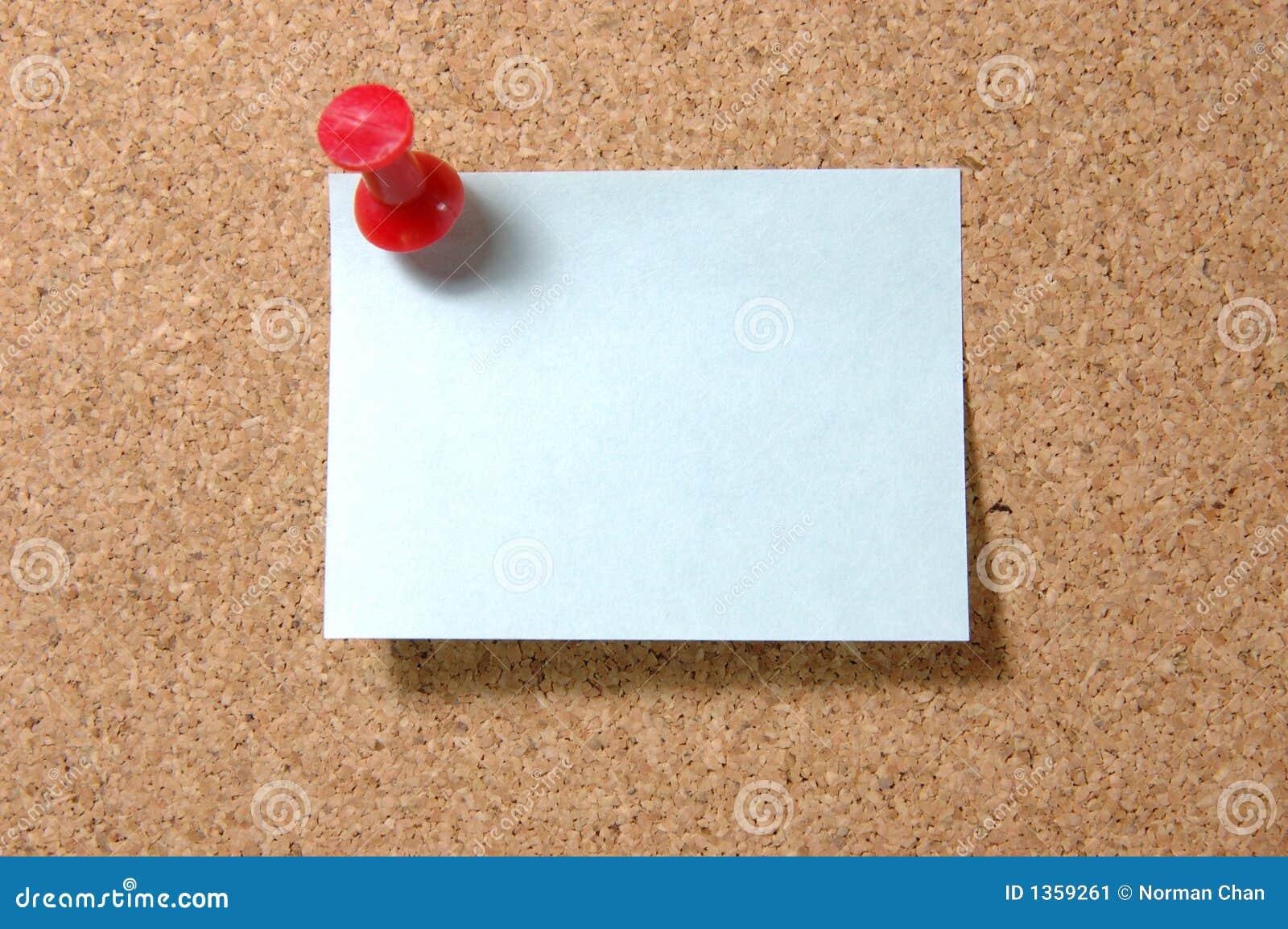 De nota van de post-it met punaise op corkboard