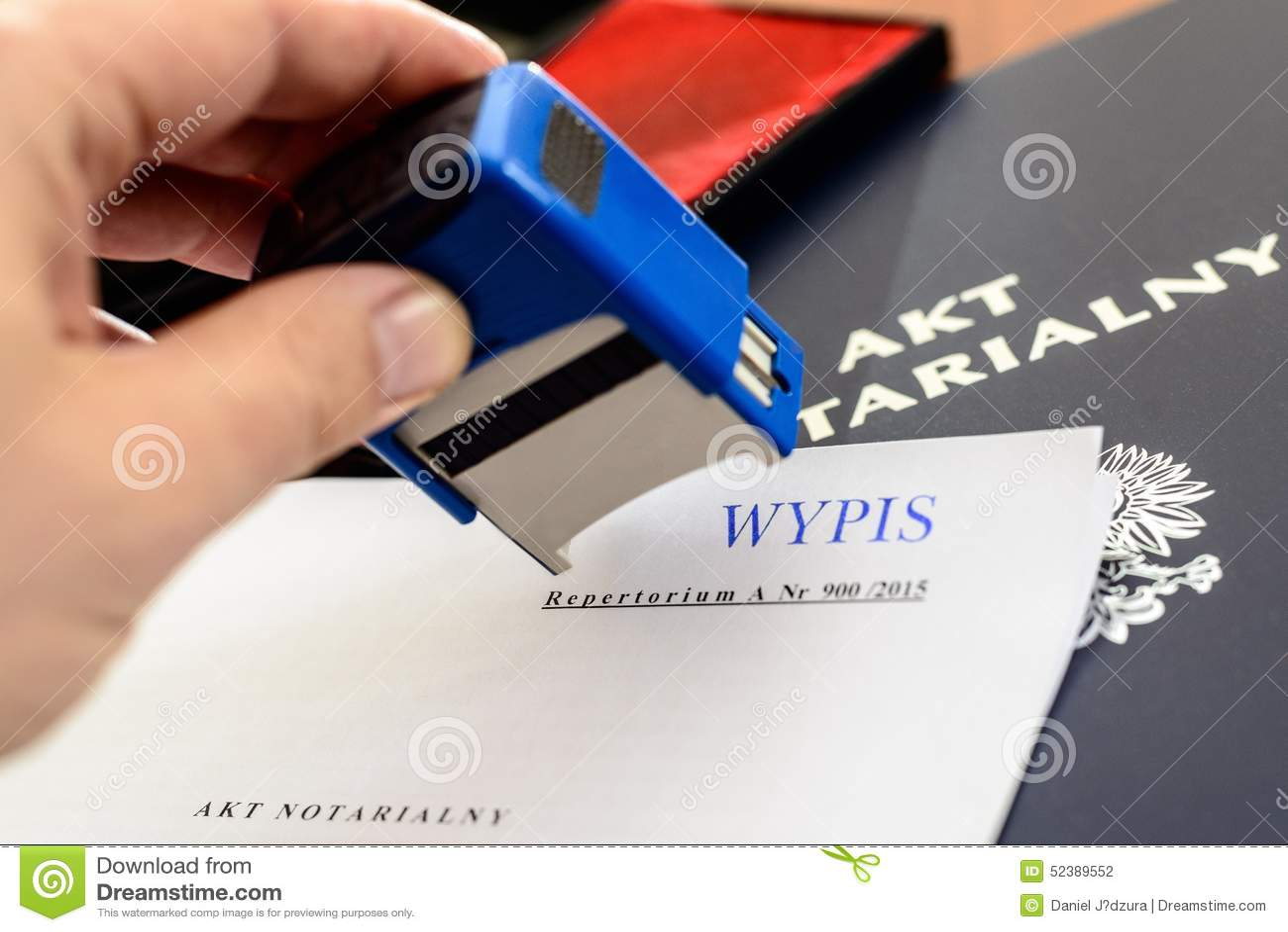 De notaris geeft zegel